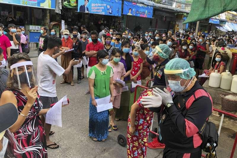 泰國龍仔厝府海鮮市場爆發新冠本土疫情,當局展開萬人普篩。(AP)