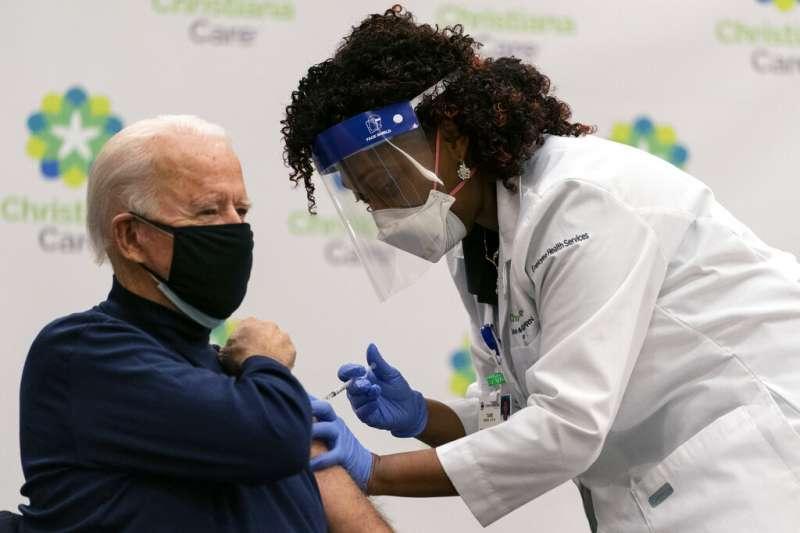美國候任總統拜登接受新冠疫苗接種。(美聯社)