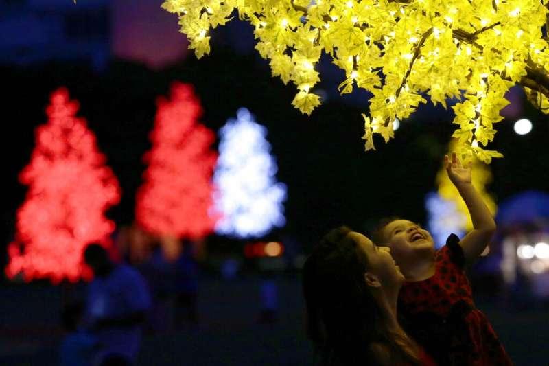 圖為疫情下的巴西利亞依舊點亮了耶誕樹的燈光。(美聯社)