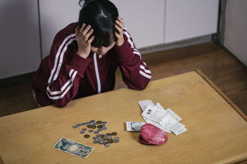 根據調查顯示,台灣有高達77%的人都缺乏金融素養。(圖/取自PAKUTASO)