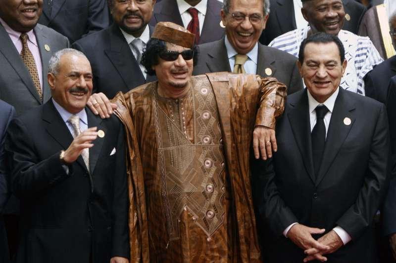 在「阿拉伯之春」垮台的獨裁者們,前排左起:葉門總統薩利赫、利比亞強人格達費、埃及總統穆巴拉克(AP)