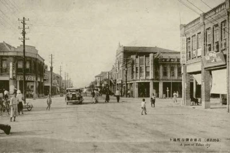 日本時代的鹽埕町由擴港挖沙填在舊鹽田上而蛻變成新市地,街道呈棋盤狀,住民七成日本人,商店林立。(國家圖書館提供)