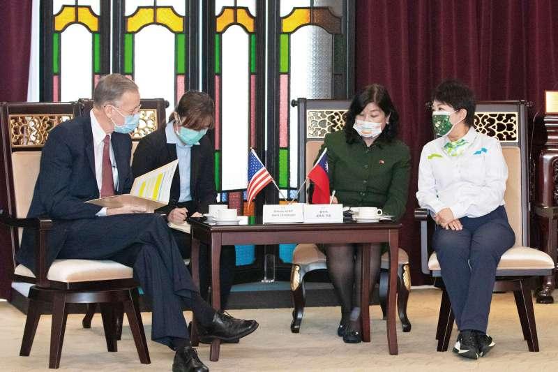 日前台中市長盧秀燕(右)與AIT處長酈英傑(左)會面時曾直接表態台中不歡迎美國萊豬。(台中市政府提供)