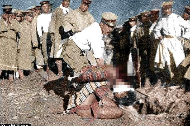 日軍將抗日太魯閣族首領當場斬首,甚至特地安排攝影師拍照留存。(圖/徐宗懋圖文館)