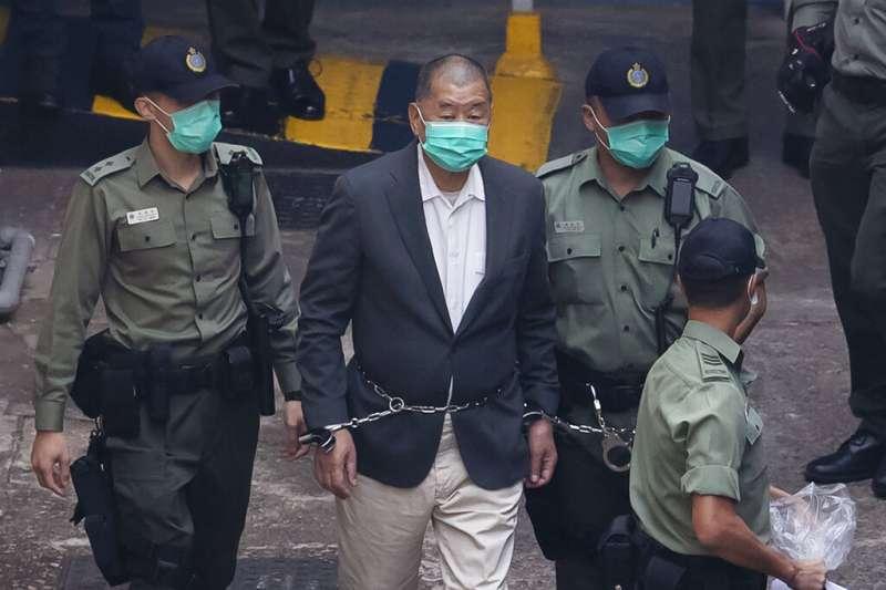 壹傳媒創辦人黎智英被上銬送往法院出庭。(美聯社資料照)