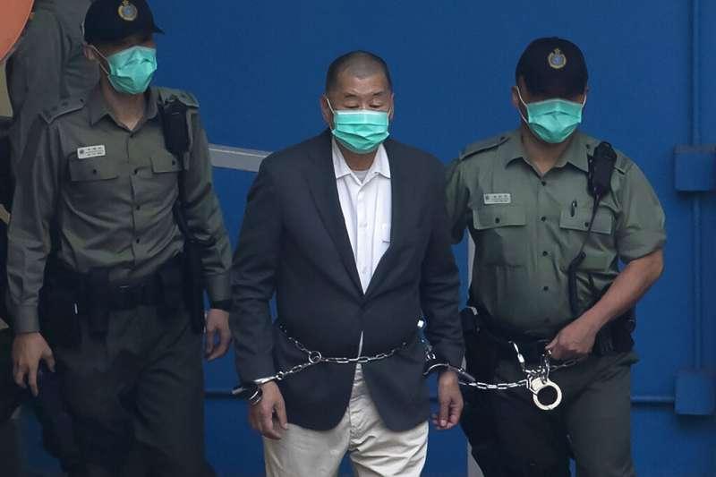 現年72歲的壹傳媒創辦人黎智英被上銬送往法院出庭。(美聯社)