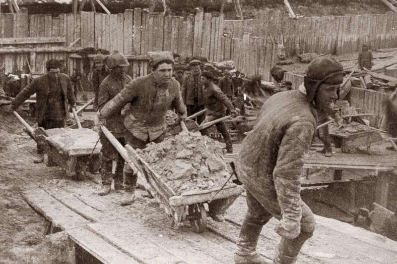 在古拉格勞改營的囚犯,需負責白海-波羅的海運河。這項工程被史達林視為自己的豐功偉業之一。(圖/Laski Diffusion/Getty Images)