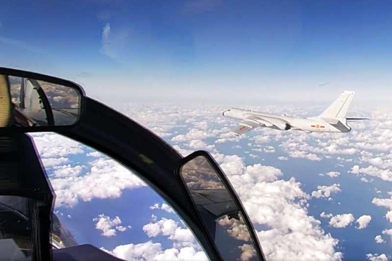 由俄方在聯合巡弋時拍攝的中國戰略轟炸機「轟-6K」。(美聯社)