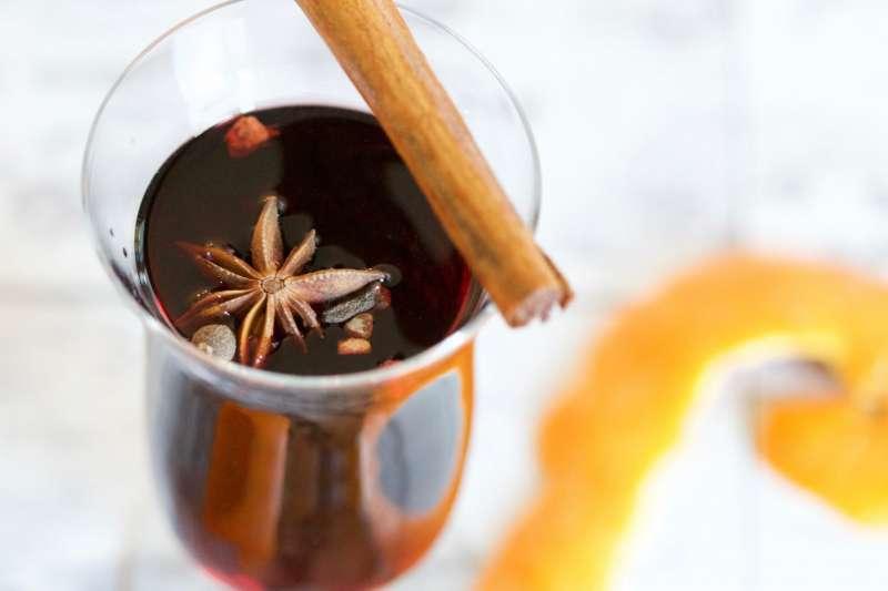 冷冷的冬天,來杯熱紅酒溫暖一下吧!(圖/Unsplash)