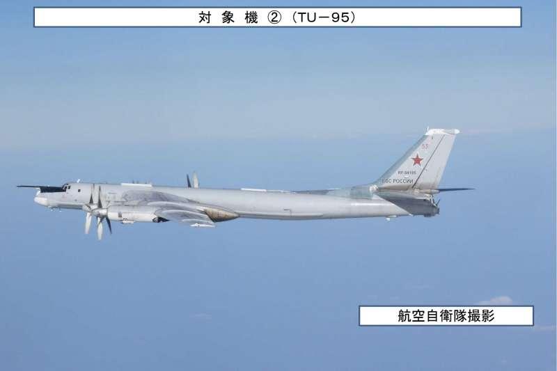日本自衛隊在日本海上空拍攝的Tu-95轟炸機。(統合幕僚監部)