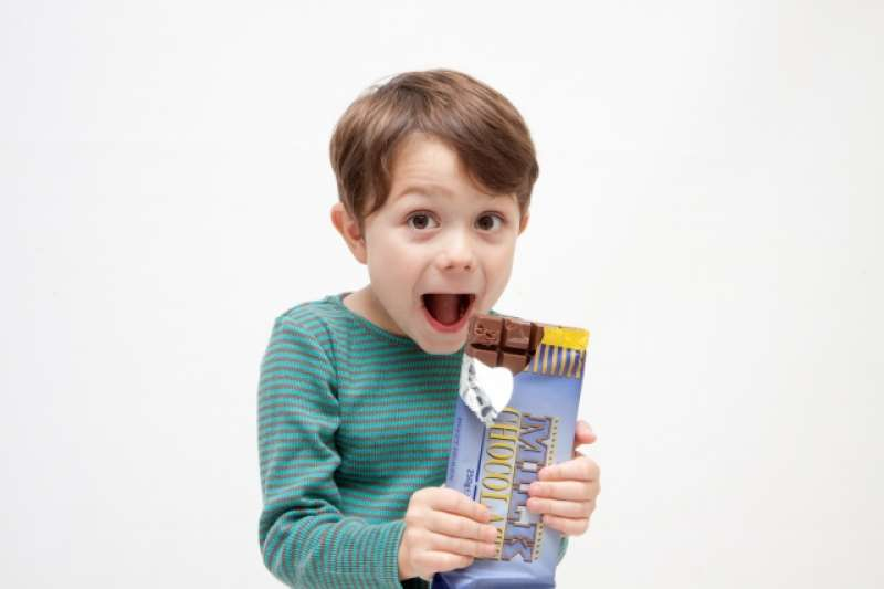 小孩愛吃油膩飲食,可能是腦部發炎的徵兆喔!(圖/photoAC)