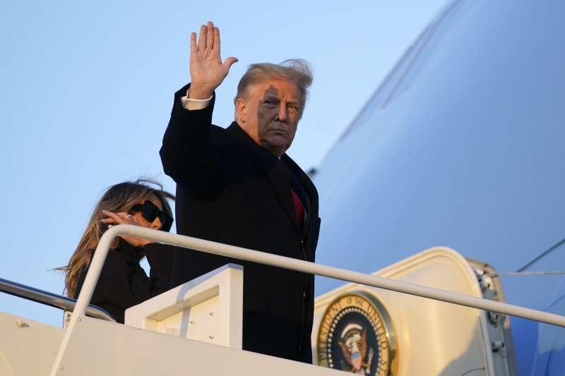 2020年12月23日,美國總統川普登上空軍一號前向媒體揮手。(AP)