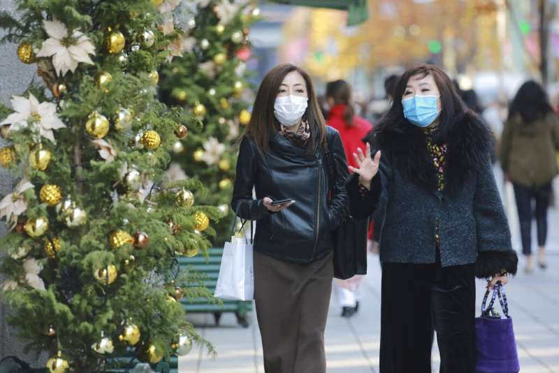 東京銀座的行人。日本第三波疫情入冬後明顯惡化,屢屢創下每日確診新高。(美聯社)