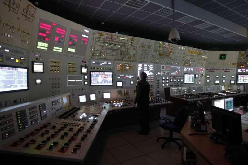 一名工作人員在位於捷克的杜科瓦尼核電站控制室內。(美國之音)