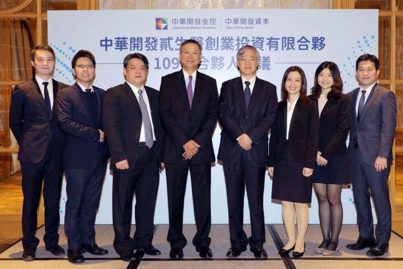 中華開發資本大健康事業群總負責人何俊輝(中)與生醫基金團隊,頗受國內投資人信任,管理2檔國內生醫基金合計規模近新臺幣50億元。(中華開發提供)