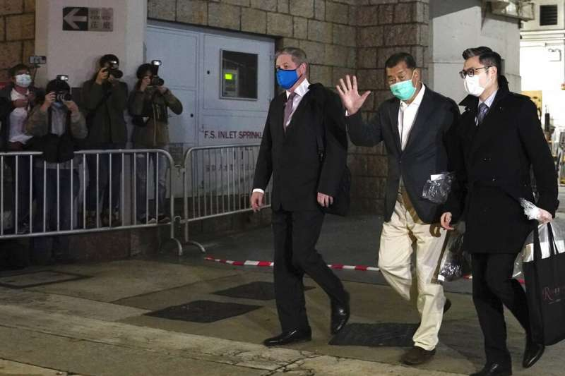 壹傳媒創辦人黎智英23日獲准保釋,晚間離開高等法院暫時重獲自由。(美聯社)