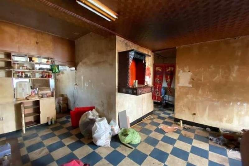 房客租屋20年突然消失,房東開門驚見「廢棄鬼屋」。(圖/截自《爆怨公社》)