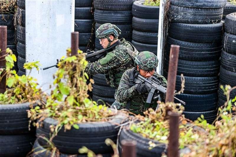 20201224-突擊幹部訓練班演訓狀況。(取自軍聞社)