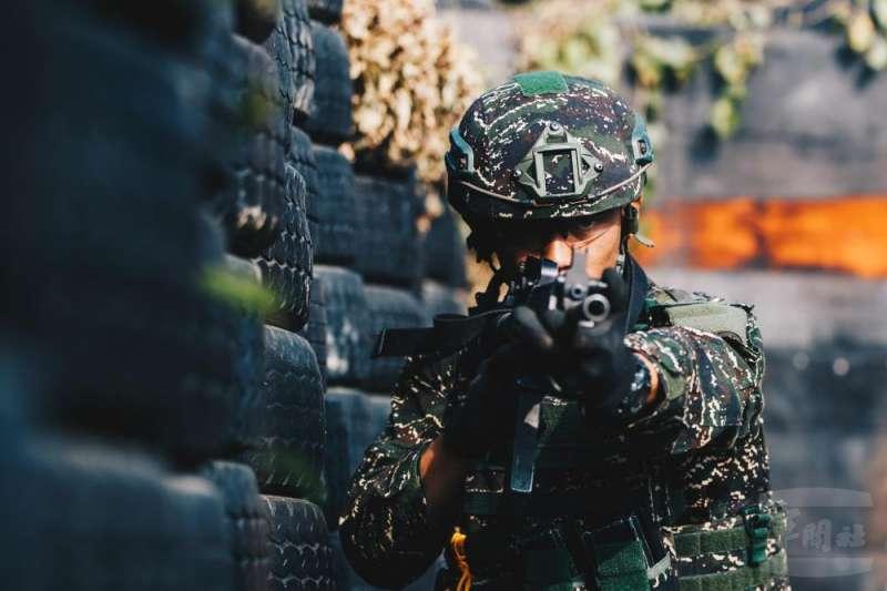 海軍陸戰隊「水中爆破專長班」訓練實況24日曝光。(取自軍聞社)