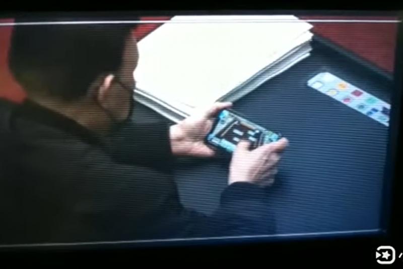 名嘴羅友志發現,民進黨立委余天24在立院議場時,竟然在座位上玩手遊打麻將。(取自羅友志YouTube頻道)
