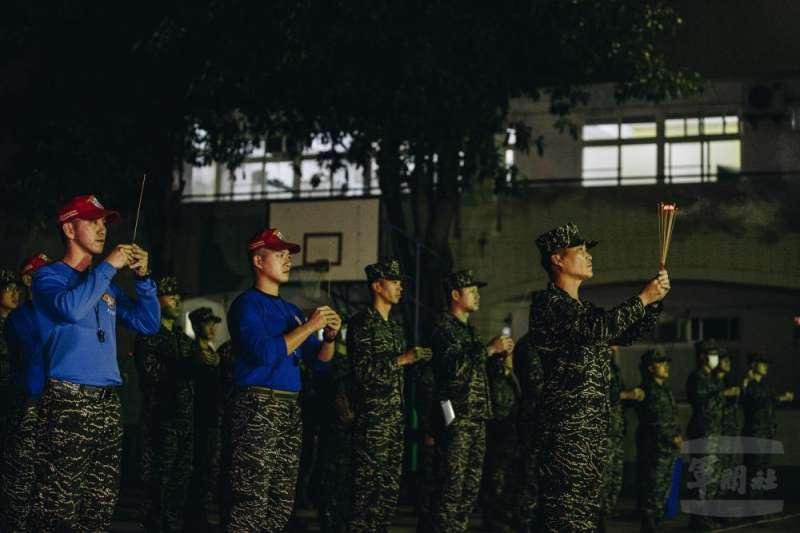 海軍陸戰隊兩棲偵搜大隊「兩棲偵搜專長班」151期今(25)日凌晨展開最後階段6天5夜「克難周」訓練課程,歷經9周訓期僅存的24名學員,將為取得最終入隊資格奮力一搏,圖為學員進行大隊祭旗。(取自取自軍聞社)