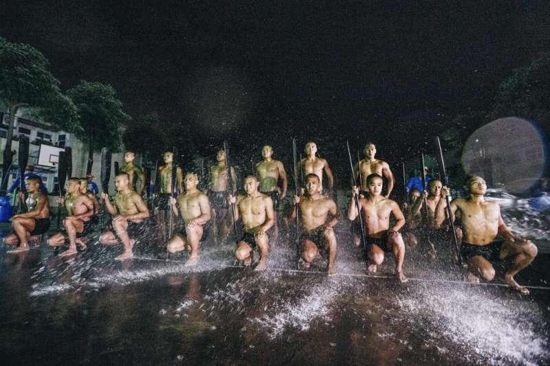 海軍陸戰隊兩棲偵搜大隊「兩棲偵搜專長班」151期25日凌晨展開最後階段6天5夜「克難周」訓練課程,24名學員將為取得最終入隊資格奮力一搏。(取自軍聞社)
