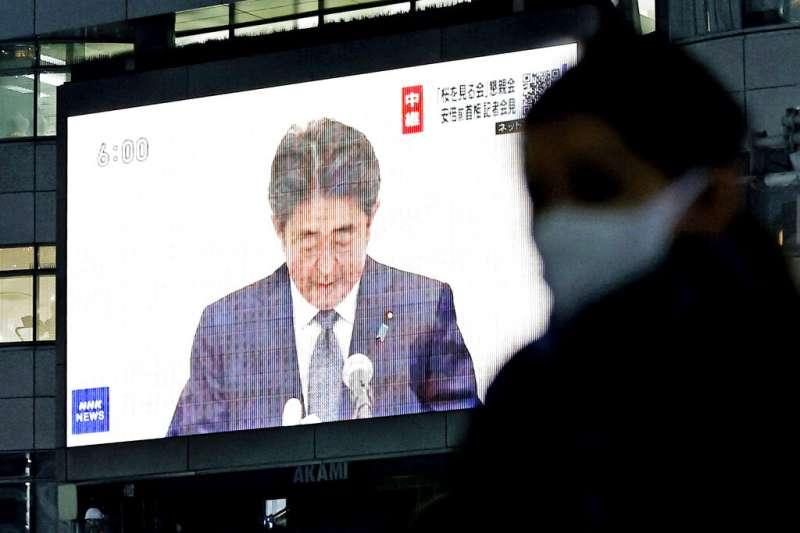 日本前首相安倍晉三25日赴國會道歉。(美聯社)