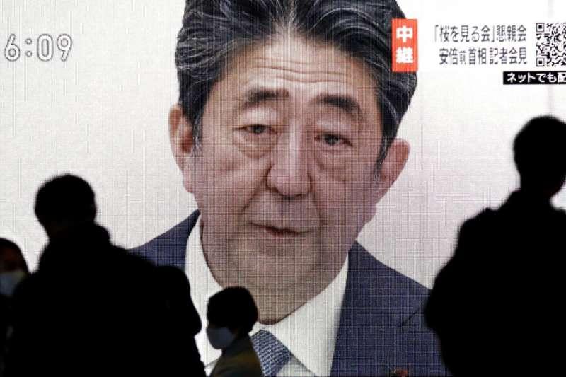 日本前首相安倍晉三24日在記者會中向國民致歉。(美聯社)