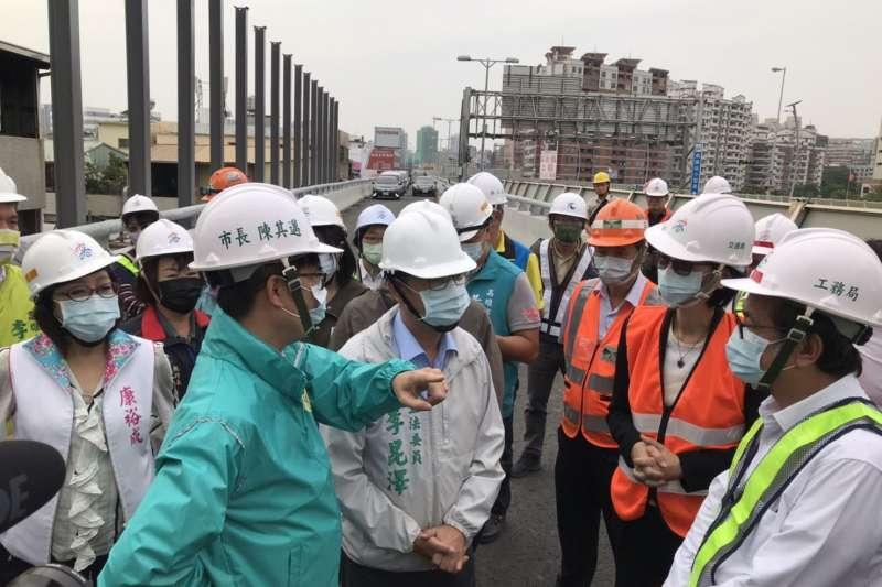 高雄市長陳其邁前往工區視察國道10號東向銜接國道1號北上匝道工程進度,並感謝施工團隊辛勞。(圖/高雄市政府提供)