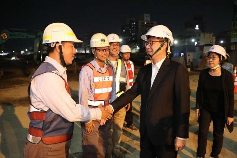 高雄市長陳其邁於11月30日民族陸橋機車道拆除後,特別到場感謝施工人員的不眠不休努力與市民的包容。(圖/取自陳其邁臉書)