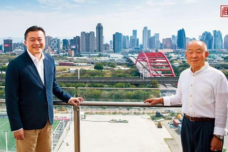 站在新啟用的寶元記大樓頂端俯瞰,在製鞋打拚15年的蔡明倫(左)重新出發,要和父親蔡其建(右)從鞋王變成「茶王」(圖/商業周刊提供)