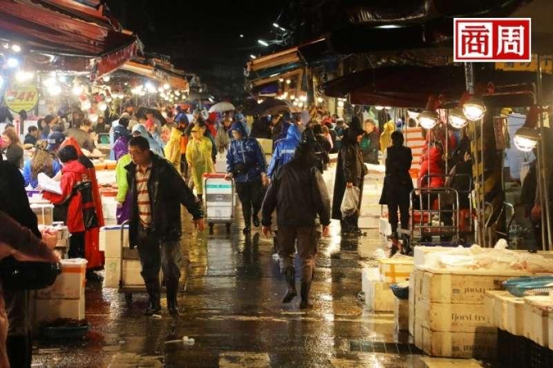 崁仔頂是北台灣最大生鮮魚貨批發市場,凌晨時分許多餐聽、廚師前來挑貨(圖/商業周刊提供)