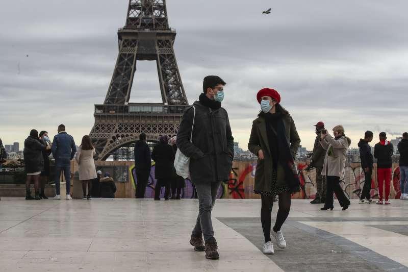 法國疫情:戴口罩看巴黎艾菲爾鐵塔的民眾(AP)