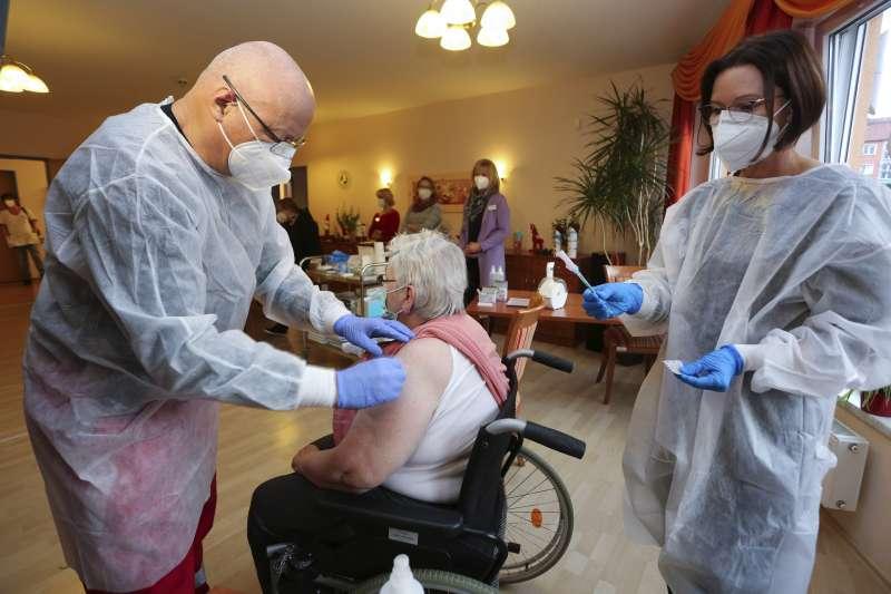 2020年12月27日,歐盟27國開始為國民接種疫苗(AP)
