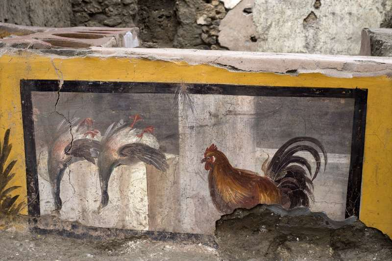 義大利龐貝古城遺址一處「快餐店」被挖掘重見天日,除了精美壁畫外,考古學家更發現當時餐廳販售熱食的跡證(AP)