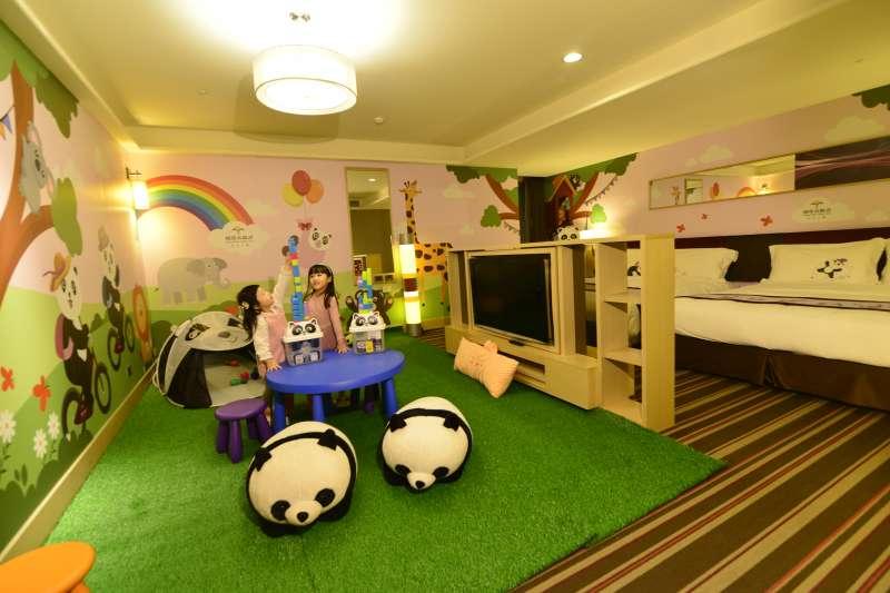 福容台北二館首度打造全館唯一一間貓熊主題家庭客房,一進房玄關處便有可愛的貓熊氣球,還有小朋友最愛的貓熊帳篷。(福容飯店提供)