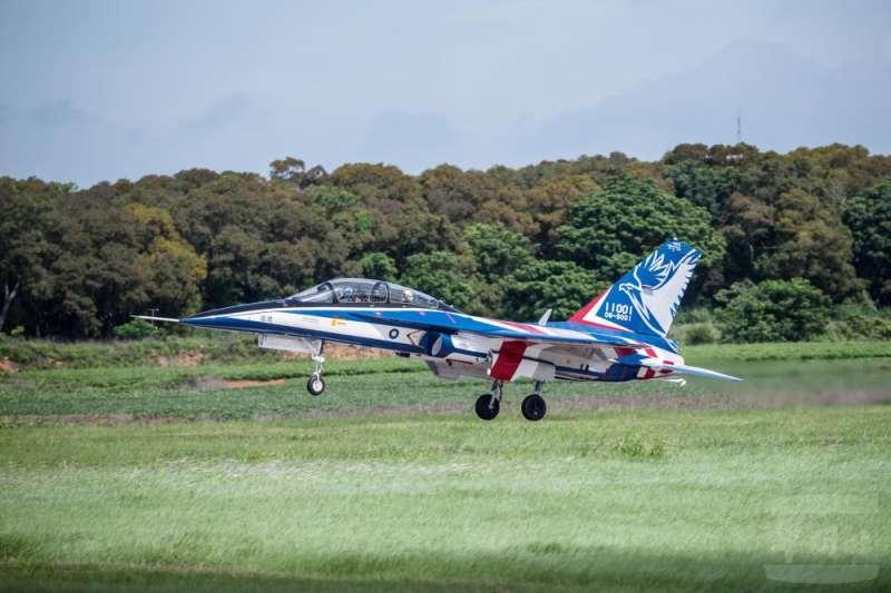 20201228-空軍新式高教機「勇鷹號」第二架於日前順利升空並進行相關測試。勇鷹號一號機升空。(取自軍聞社)