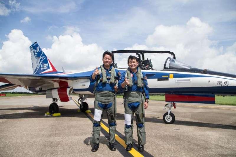 空軍新式高教機「勇鷹號」第二架於日前順利升空並進行相關測試。兩名負責飛勇鷹號的試飛官管延年(左)、路志元(右)。(取自軍聞社)