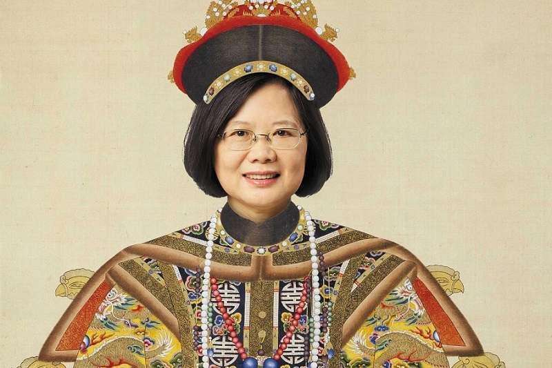 香港亞洲週刊讓蔡英文總統穿上龍袍當皇帝引發爭議。(亞洲週刊封面)