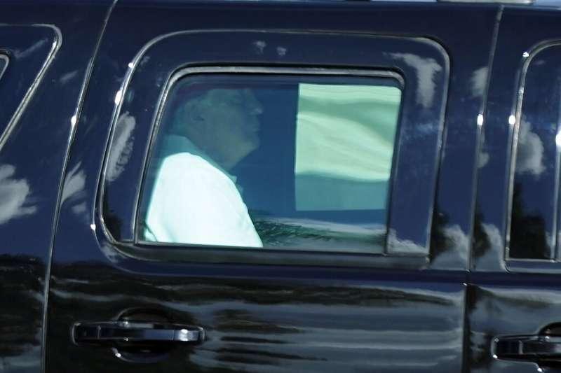 美國總統川普目前遠離華府紛擾,待在佛羅里達州的自家高爾夫球場打球。(美聯社)
