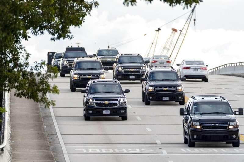 美國總統川普的車隊在佛羅里達州的98號國道上奔馳,從海湖莊園前往附近的川普國際高爾夫球場(Trump International Golf Club West Palm Beach)。(美聯社)