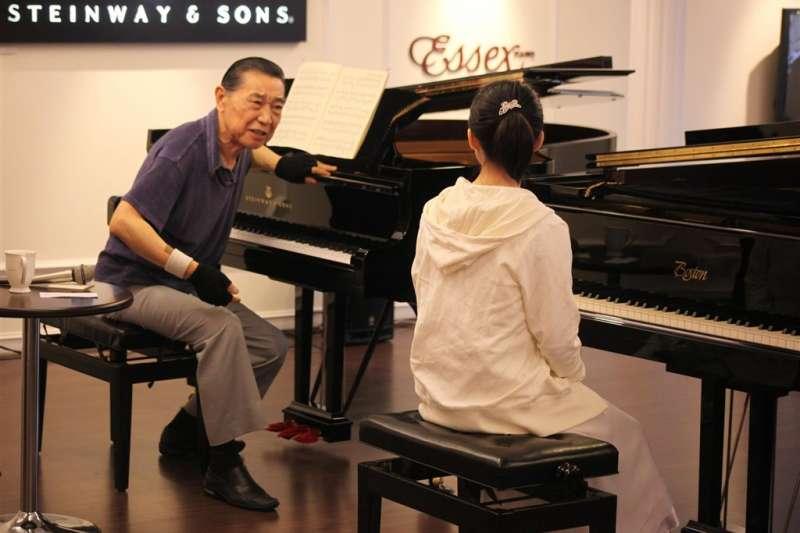 知名鋼琴家傅聰(左)逝世消息震驚國際樂壇。傅聰認為,「大家都是音樂面前的小學生,我只是開步較早,我是傳教士,我的宗教就是音樂。」圖為2009年10月傅聰在台北教導學生演奏技巧。(中新社)
