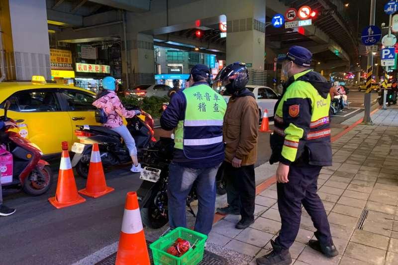 環保局聯合警察局進行夜間攔查。(圖/新北市環保局提供)