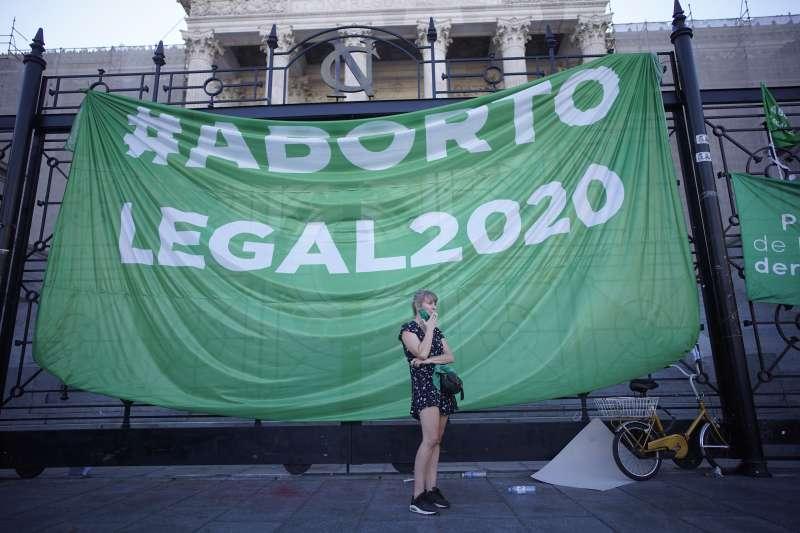 阿根廷墮胎合法化:支持者拉起「墮胎合法化2020」旗幟。(美聯社)