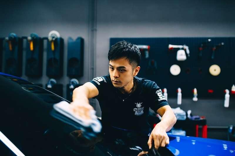 原為暢銷作家的姜泰宇,因罕見眼疾卸下作家身分,如今已是一名專業洗車工。(攝影/賴小路)