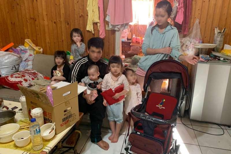 一家七口生活很貧困,就連女兒都知道家裡經濟狀況不佳,拒絕爸爸買布丁為她慶生。(圖/台中行善團提供)