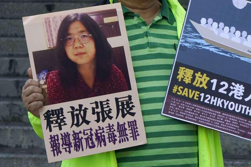 香港民眾在街頭聲援公民記者張展以及因為偷渡台灣失敗被捕的12名香港青年。(美聯社)