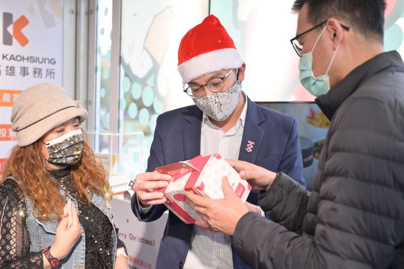 高雄經發局長廖泰翔(中)應景的戴上聖誕老人紅帽子,與促產廠商一起在成果展上展現高雄好物。(圖/徐炳文)