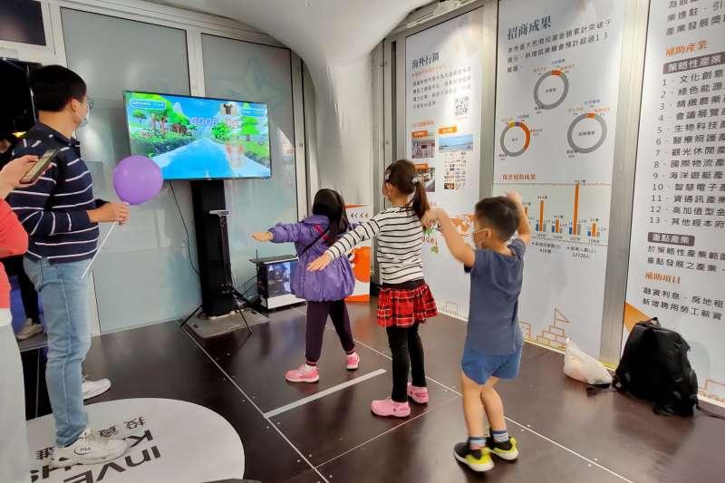 小朋友們一起體驗體感互動裝置遊戲,挑戰集體闖關。(圖/徐炳文)