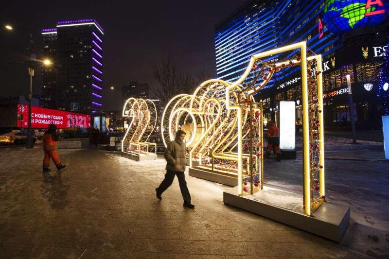 莫斯科市區多處可見「2021」字樣的大型造景,俄國民眾已經準備好要迎接新年。(美聯社)